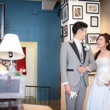 アンティークスタジオでのお互いの顔を見合わせながら照れくさそうにしていて微笑ましい結婚写真