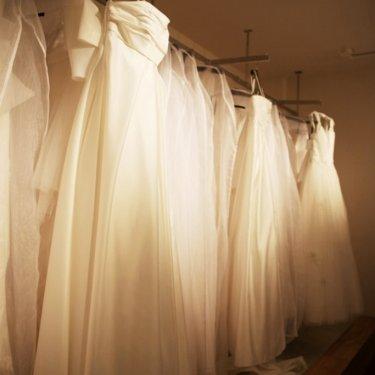 大人で上質なウェディングドレスが並ぶ