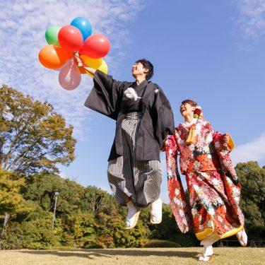 風船を持って空に飛んでゆきそうな和装前撮り写真
