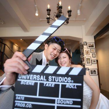 映画のカチンコを前撮りの小物アイテムにして楽しく撮影してるふたり