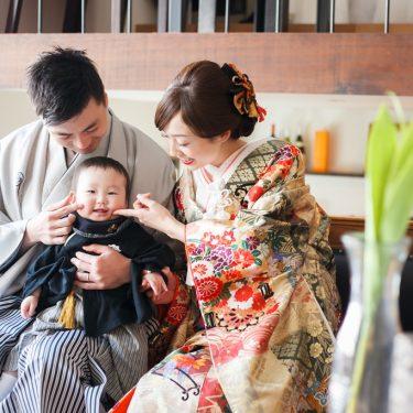 キッズの紋服を着た男の子と和装姿の両親