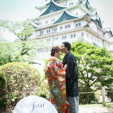 名古屋城をバックにキス
