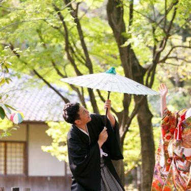 和傘とボールで遊んでいる新郎新婦
