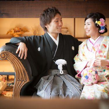 白ベースにカラフルなお花の刺繍がかわいい色打掛をきて撮影した結婚写真