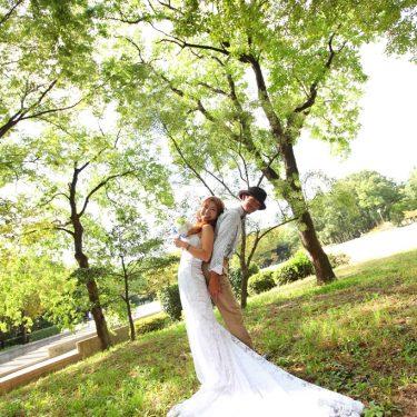 緑がキレイな木の前で撮影した前撮り結婚写真