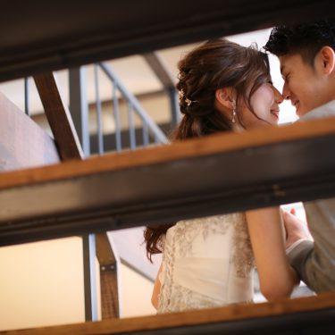 階段の隙間から写したロマンチックな結婚写真
