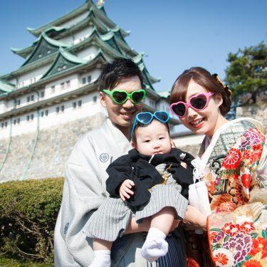 名古屋城をバックにサングラスをかけて撮影した家族写真