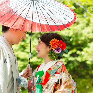 和傘の中に仲良く入った新郎新婦