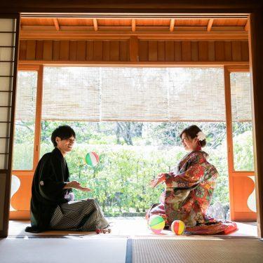 お茶室で紙風船で遊んでいるカップル