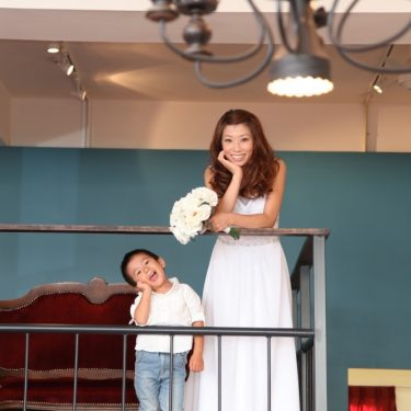 アトリエスタジオの中二階でお母さんと息子の想い出の写真