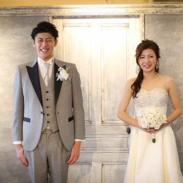 白のアンティーク扉の前で撮った結婚写真