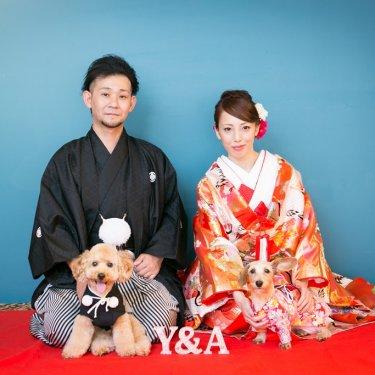 和装で愛犬と一緒に正座のポーズで撮った結婚写真