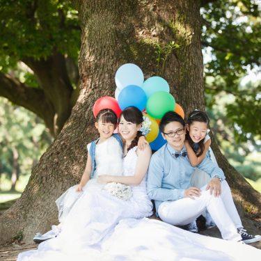 木の下で撮影した家族集合写真