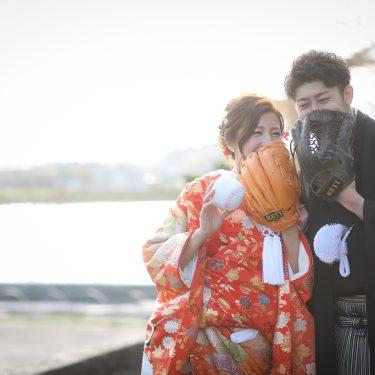 野球のグローブで顔を隠してとったお茶目な結婚写真