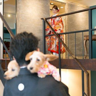 新婦さんの登場を待っている新郎と愛犬2匹