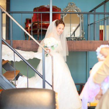 階段の上から登場するかわいい新婦さん