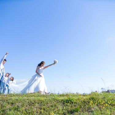青空のした元気いっぱいに家族みんなで撮影したファミリーロケーションフォト