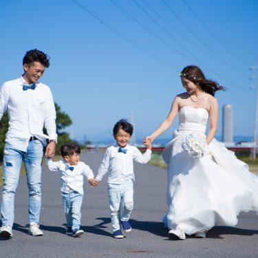 家族みんなで手を繋いで撮影したロケーションフォト