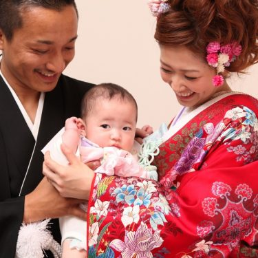 お父さんとお母さんに抱っこされて撮影した和装フォトウェディング