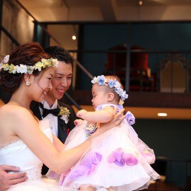 パパとママの真ん中で抱っこされている愛娘のキッズフォト体験