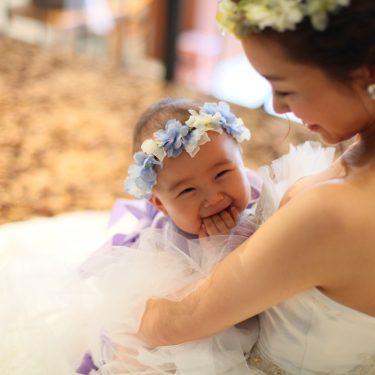 お母さんの胸の中にいる娘を撮った家族のフォトウェディング