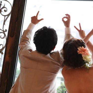 フォトウェディングでふたり一緒に手でラブの文字を作って撮影