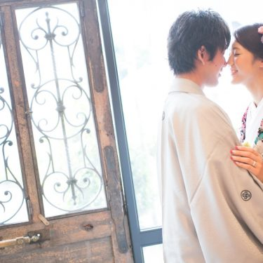 鼻と鼻をくっつけて撮ったふたりのはにかみ結婚写真