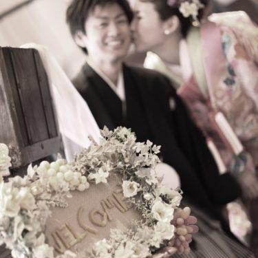 アンティークピンクの着物を着て撮影したセンスのいい結婚写真
