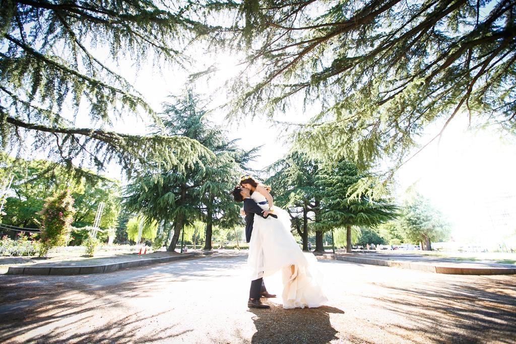 鶴舞公園の緑が沢山ある場所で撮った結婚写真