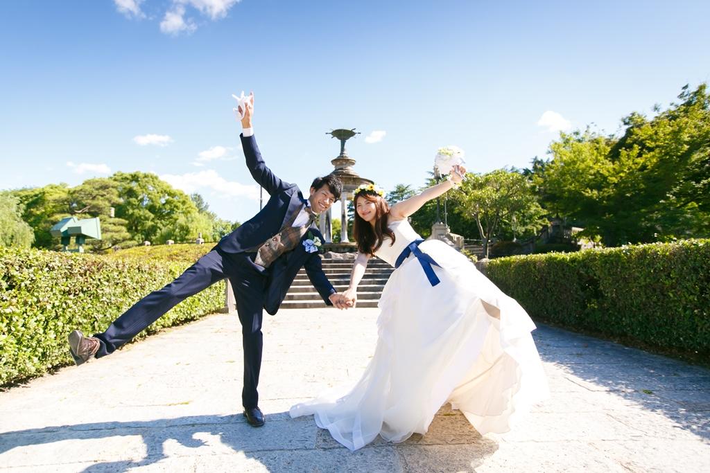 鶴舞公園で洋装前撮りを全力で楽しんでいるカップル