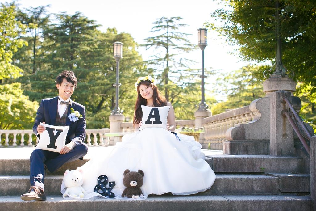 ウェディングドレスとタキシードで階段に座って撮影したふたりの結婚写真