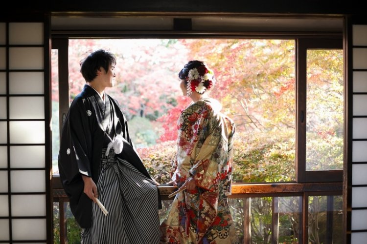どうだん亭のお茶室から、キレイな紅葉の景色を眺めているふたり