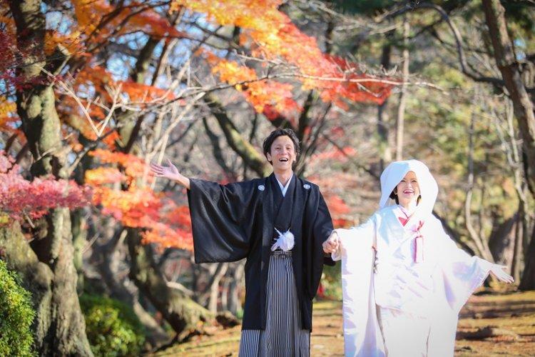 名古屋城で紅葉ロケーションフォトを撮っている新郎新婦