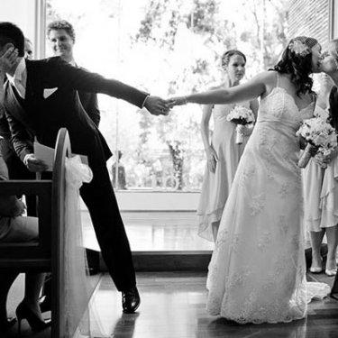 挙式の退場で、両家両親にキスする新郎新婦