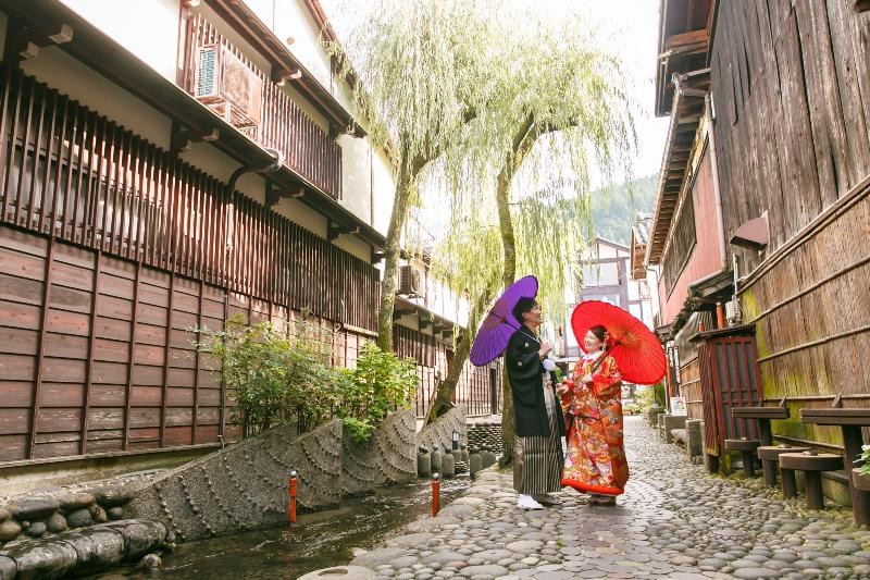 郡上のキレイな清流の横を和装姿で歩いていく夫婦
