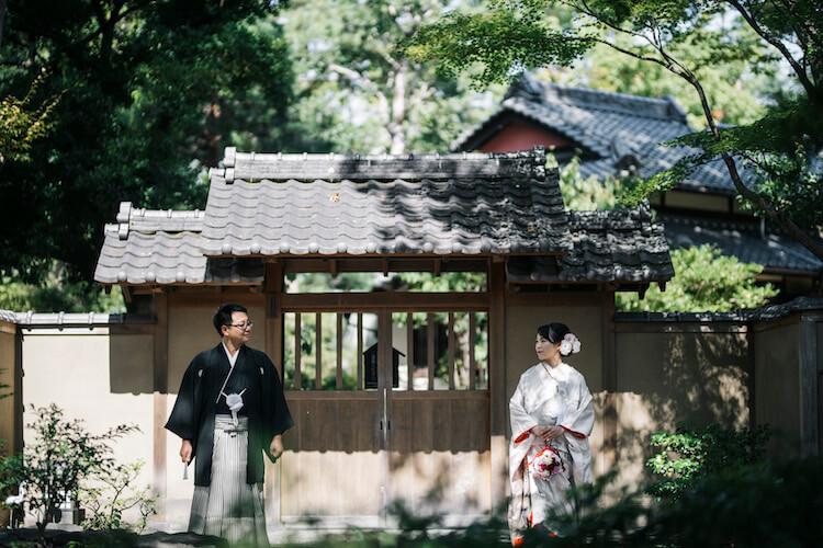 鶴々亭の門の前で撮った結婚写真