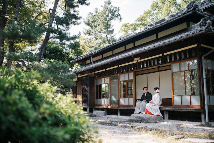 鶴舞公園のお茶室の縁側に座っている新郎新婦