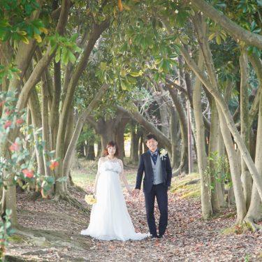 森の木のトンネルの中でオシャレに前撮り撮影