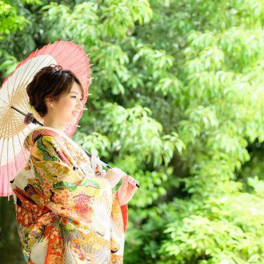 緑ときれいな和装姿の花嫁