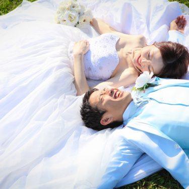 芝生に寝そべって気持ちよくリラックスして前撮り撮影