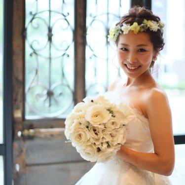 アンティーク扉の前に立っているきれいな新婦さんの結婚写真