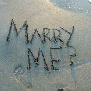 砂浜に書かれた結婚してくださいの文字