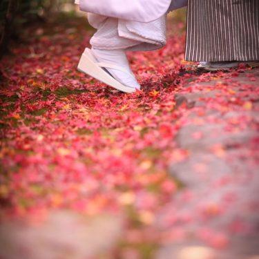 紅葉と新郎新婦の足もとショット