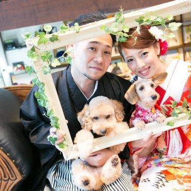 大きな額に入って、大好きなペットと一緒に和装を着て結婚写真を残す