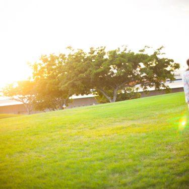 ハワイのビッグツリーの前でフォトウェディング