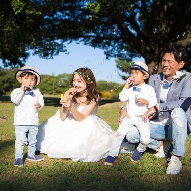 家族でロケーション撮影中にシャボン玉を楽しんでいる