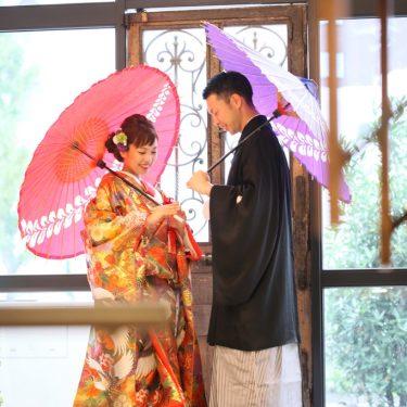 赤と紫の番傘をさして撮影したオシャレな和装前撮り