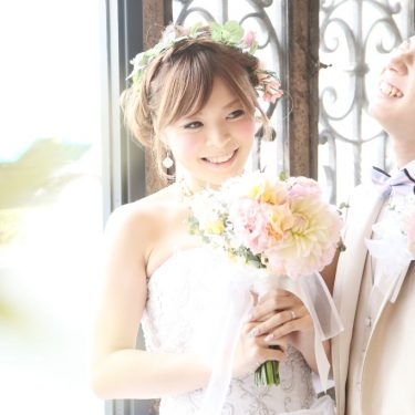 かわいいカップルの笑顔いっぱいの結婚写真
