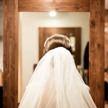 鏡の前でお仕度中の新婦様