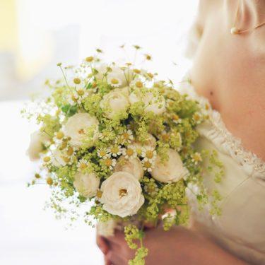 白のブーケと花嫁
